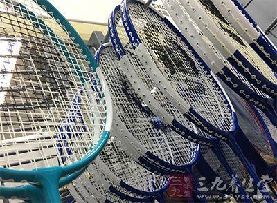 一般来说越细的羽毛球拍线越容易断