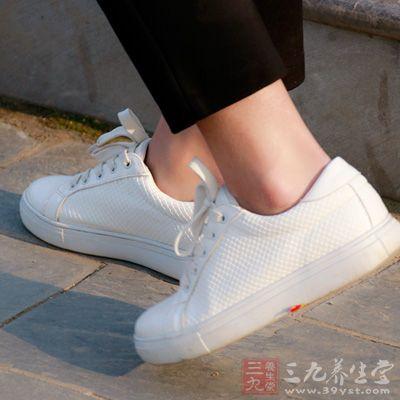 连走路都要靠穿有软垫的鞋来减少摩擦