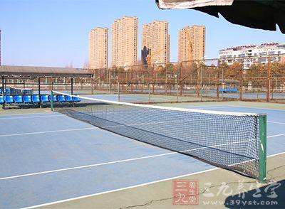 网球场地四种类型中前三种较为常见,而硬地场地最为常见