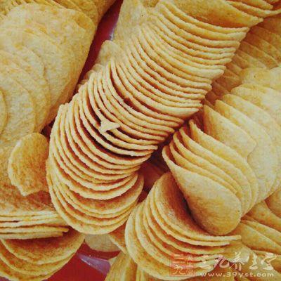薯片属于高热量、高脂肪食物,可给糖尿病患者来肥胖、心血管疾病等不良影响
