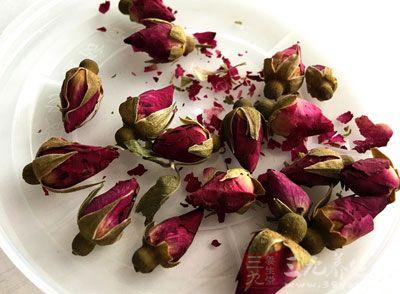 先将玫瑰花从花蒂处取散成瓣,洗净凉干