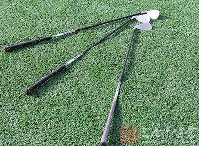 高尔夫上杆动作 上杆时应先立腕再转肩