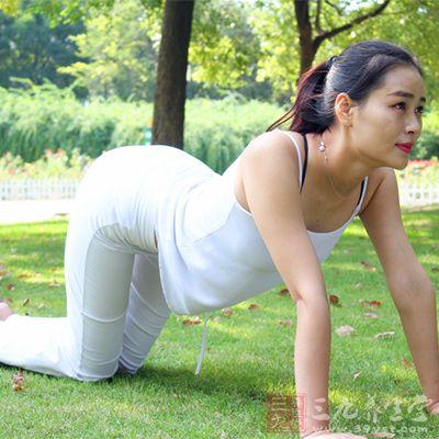 看似好玩的趴下运动,对于生理期来说算是强度颇高的全身运动