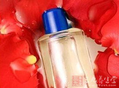 玫瑰精油有着很好的抗皱保湿,祛除细纹的作用
