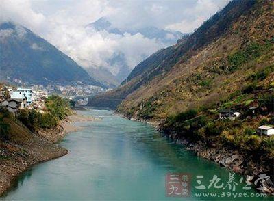 怒江大峡谷位于云南西北部怒江州境内