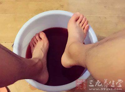 泡脚的好处 中医小妙方解决脚部问题