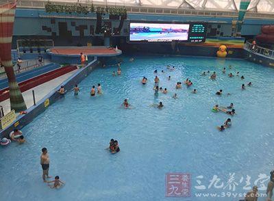 夏季游泳降温 小心患红眼病