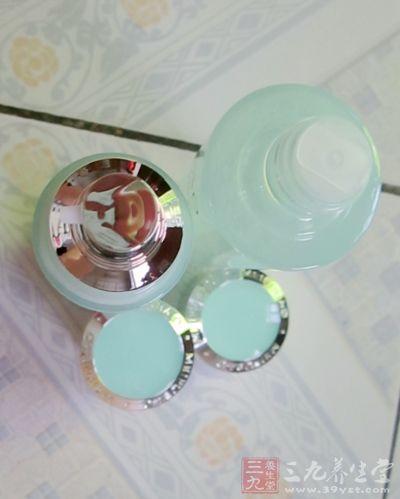 保湿水和乳液,瓶子的颜色非常的喜欢啦