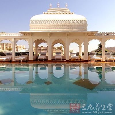 湖宫位于印度乌代普尔一个人工湖泊的中央