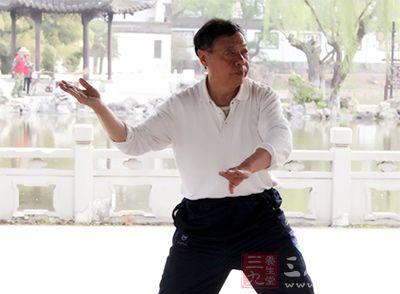 打太极拳能改善平衡能力