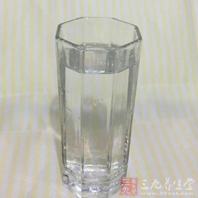 玻璃杯的通透性好,且里外都是光滑的