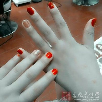 指甲油的危害 常涂指甲油竟有这么大坏处图片