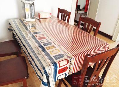 利用身旁桌子或椅子作为支撑物
