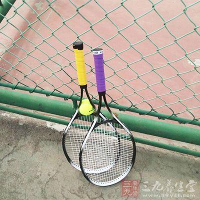 采用更大幅度的挥拍,打高压球时要更有自信