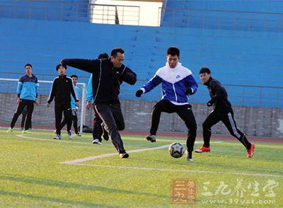 原地头球是头球传球、射门甚至头球停球的基础