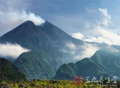 该高尔夫球场位于印尼日惹附近的斯勒曼,不远处便是默拉皮火山