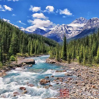 游客可以在群山环绕中享受泡温泉的乐趣