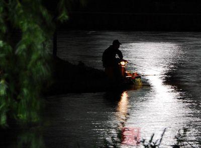钓鱼技巧 夏季夜钓需要掌握的提竿技巧
