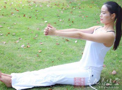 坚持练习还可以帮助我们缓解久坐带来的身体僵硬的现象,希望大家可以坚持练习