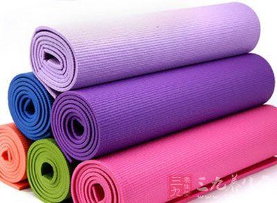 以防做瑜伽及一些面部运动接触瑜伽垫,从而吸入细菌或尘埃