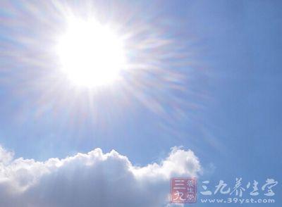 在高温下,当出汗过多而仅仅补充水时,可发生中暑痉挛