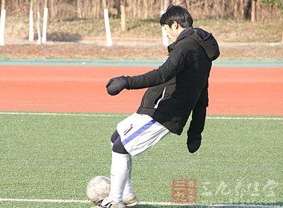 足球运动员 足球赛前如何做热身运动