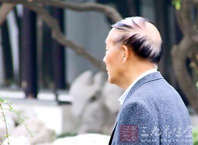 老人为什么头发没了也要梳头