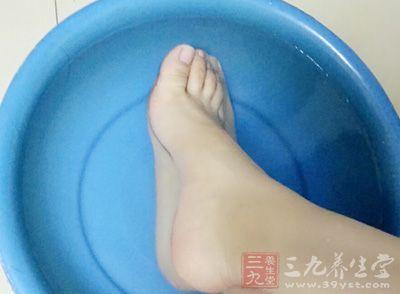 可以用热水泡脚