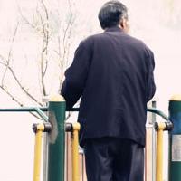 腰痛  老年人腰痛病如何治疗