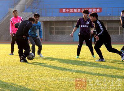 练习者必须着重练习身体的大腿正面、大腿背面和臀部肌群的练习