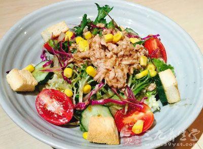 饮食上宜多吃富含维生素及纤维素的蔬菜和水果