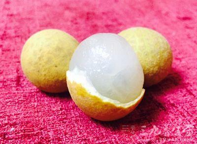 夏天对于桂圆、荔枝、芒果等热性水果也要少吃