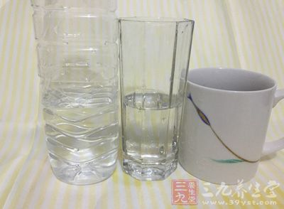 在办公桌上放瓶水
