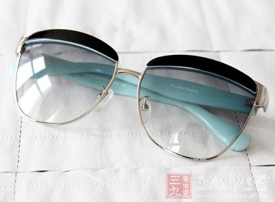不宜戴过深或过浅的太阳镜