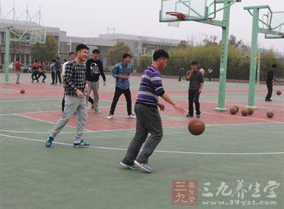 应该采用控制性运球,在膝盖到腰部的高度运球