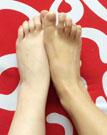 女人摸脚踝身体更健康