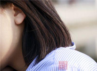 耳后窝位于双侧耳垂后方的凹陷处