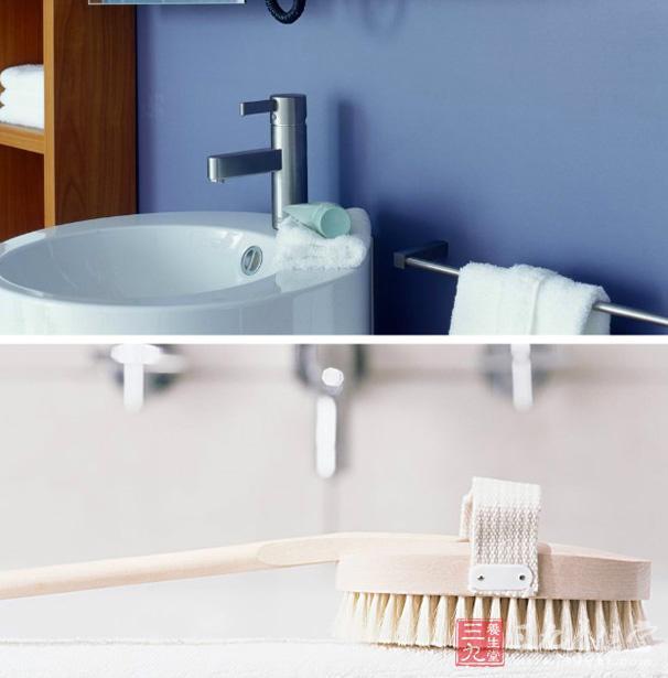 家里的卫生间,还会放一个塑料纸篓。专家说:厕所里放纸篓会大大增加细菌繁殖的速度,使卫生间变成病毒繁殖场和传染源。他们认为一般的纸质物品,扔进抽水马桶随水冲掉即可;那些难以冲掉的卫生用品,可自备方便袋,将其带出厕所扔进垃圾桶,这样使卫生间既整洁又减少污染,完全无须在厕所摆放废纸篓。   四、洗发水   无论是便宜的还是贵的洗发水,都无一例外地是清洁剂和其他成分的混合物。像泡泡浴中使用的泡沫剂一样,洗发水一旦被长期打开储存的话,其中的甲醛就会与洗发水中使用的乳化成分一起产生化学反应,形成一种叫做&ldqu