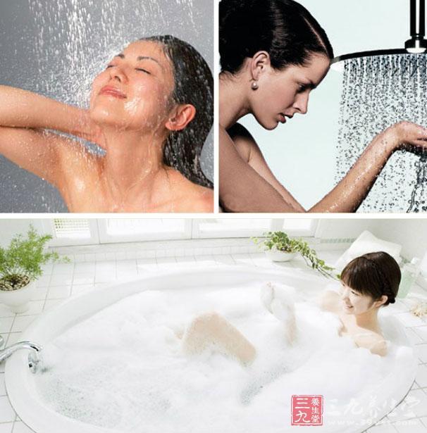"""现在才刚刚步入秋季,天气还是很热的,人们每天下班回去还是会洗洗澡的,洗澡的顺便就会洗洗头发,那您知道谨防洗澡先洗头吗?您知道洗澡应记住""""234""""原则是什么吗?今天三九小编就为您介绍一下有关洗澡的正确顺序,感兴趣的朋友们赶快来看看啊。   谨防洗澡先洗头   近来自日本的《日刊现代》的相关刊文上面说到,在日本每年会因为洗澡顺序不正确而导致人们死亡的数目已经达到了1."""