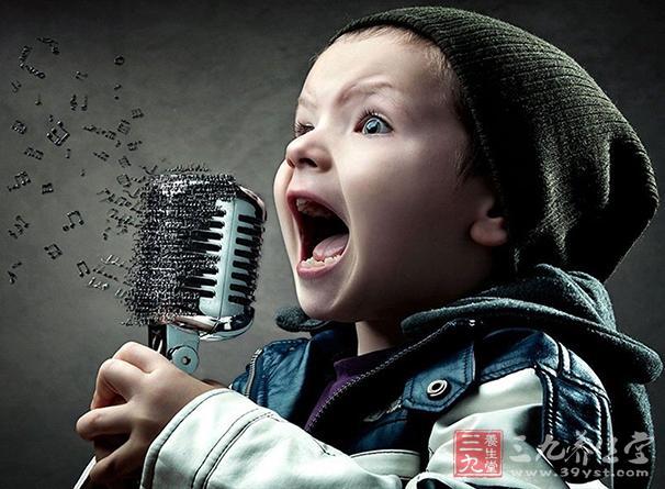 常见于教师、演员、歌唱家等职业用声者,长期持续高声讲话,音调过高或者过长时间的演唱等均可导致声带小结。.jpg