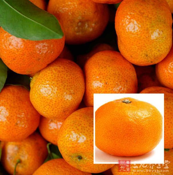 橘子,常绿乔木橘子树的果实,成熟的果实球形稍扁,果皮红黄色,果肉多汁,味道甜。(相当于书面语); 桔子:是橘子的俗称(相当于俗语)。 桔子:桔,为芸香科植物福桔或朱桔等多种桔类的成熟果实。种类很多,有八布桔、金钱桔、甜桔、酸桔、宫川、新津桔、尾张桔、黄岩桔、温州桔、四川桔等品种。 果实较小,常为扁圆形,皮色橙红、朱红或橙黄。果皮薄而宽松,海绵层薄,质韧,容易剥离,瓤瓣7至11个。味甜或酸,种子呈尖细状,不耐贮藏。 吃橘子的6大禁忌 禁忌一:服药忌食橘子 橘子含有丰富的果酸和维生素C,服用维生素K、磺胺类