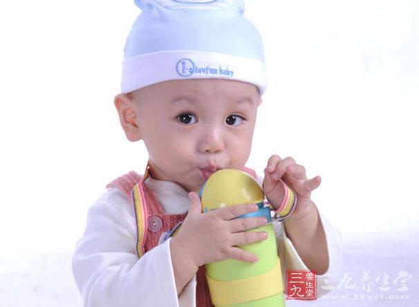 在幼儿园里时,老师尤其要关照小朋友多喝水