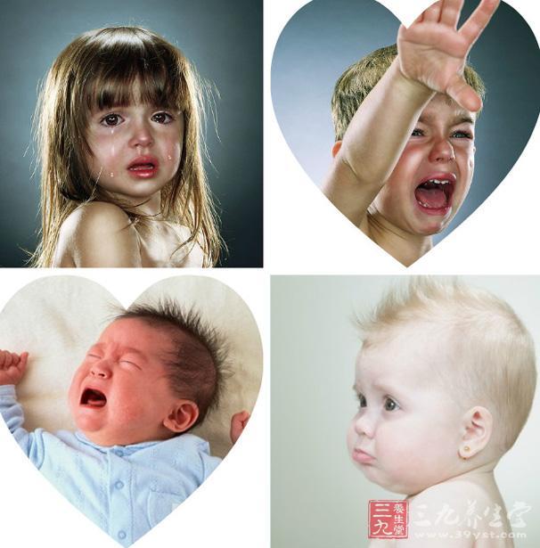 预防宝宝胀气有5方法   1、当宝宝哭的时候很容易胀气。遇到这种情况,爸爸妈妈应该多给予安慰,或是拥抱他,通过调整他的情绪来避免胀气的加重程度。   2、不要让宝宝饿得太久后才喂奶。宝宝饿的时间太长,吸吮时就会过于急促而吞入大量的空气。所以要按时给宝宝喂奶,并且在喂食后促使宝宝适当排气。   3、多给宝宝的腹部进行按摩,这样有助于肠胃蠕动和气体排出,以改善消化吸收的情况。   4、喂奶时,应当注意让奶水充满奶瓶嘴的前端,不要有斜面,以免让宝宝吸入空气。   5、暂时停止食用容易在消化道内发酵并产生气体