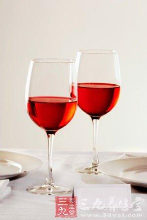 吃肉时喝杯红酒