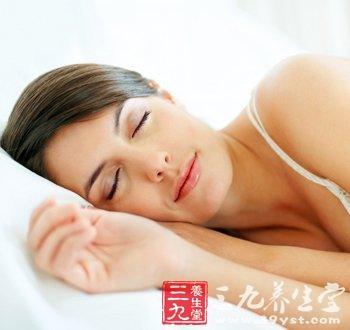 女生正面裸睡照_美丽女人裸睡好处多(5)