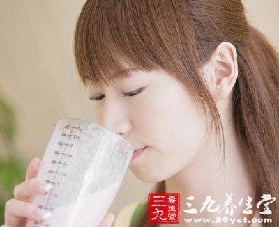 晨起不能空腹喝牛奶吗 专家帮你粉碎谣传
