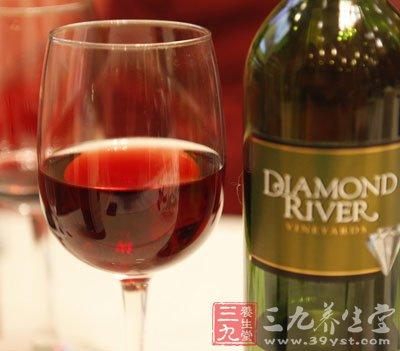 喝红酒不可以加冰,也不能像香槟放在冰桶里,最适当的饮用温度是