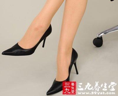 高跟鞋从医学角度分析来看 问题在于长期穿着时脚掌受的压力较大图片