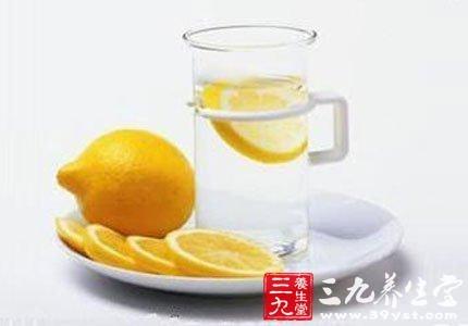 柠檬片泡水图片_柠檬片泡水适合老年人饮用吗