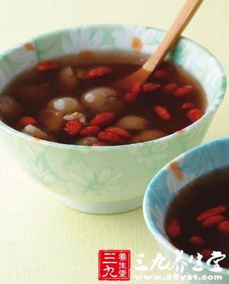 先将枸杞子,桂圆一起加水煮,鸡蛋煮熟后去壳和冰糖一起加入,煮至冰糖